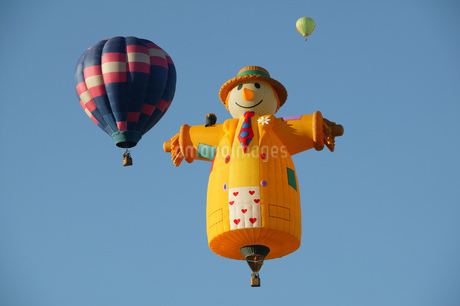 Low angle view of hot air balloons against blue sky, Balloon Festival, Albuquerque, New Mexico, USAの写真素材 [FYI02126733]