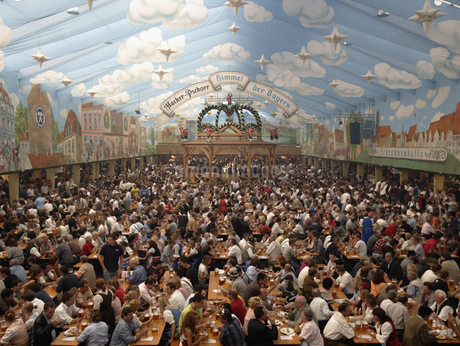 Large crowd enjoying food and drinks at festival in Munichの写真素材 [FYI02126751]