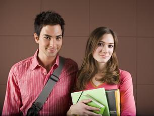 Couple with school books and school bagの写真素材 [FYI02126800]