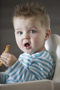 Portrait of shocked baby boyの写真素材 [FYI02126900]
