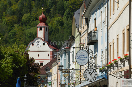 View of various sign posts on a village road, Gmuend, Kaernten, Austriaの写真素材 [FYI02126901]