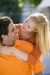 Couple hugging and smiling at each otherの写真素材 [FYI02126904]