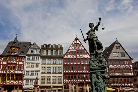Fountain of justice, Roemerberg, Frankfurt, Hesse, Germanyの写真素材 [FYI02126913]