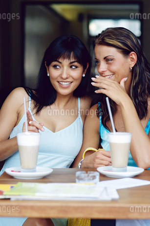 Portrait of two young women gossipingの写真素材 [FYI02126914]