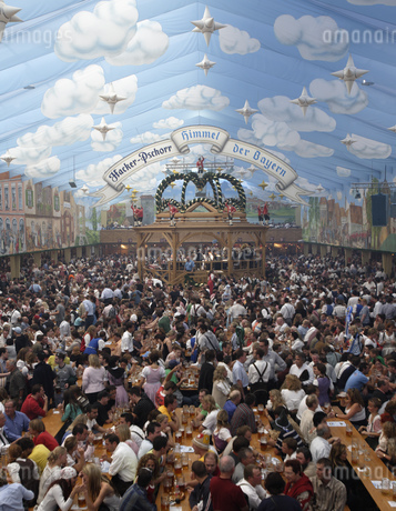 Large crowd enjoying food and drinks at festival in Munichの写真素材 [FYI02126941]