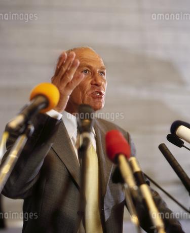 Businessman speaking with microphonesの写真素材 [FYI02126947]