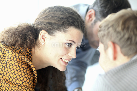 Businesswoman in discussion with colleagues close upの写真素材 [FYI02126955]