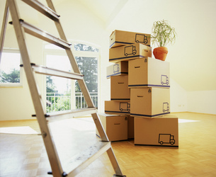 View of unpacked boxes in an empty room with a ladder in foregroundの写真素材 [FYI02126965]