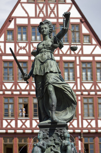 Statue on top of the Fountain of justice, Roemerberg, Frankfurt, Hesse, Germanyの写真素材 [FYI02126966]