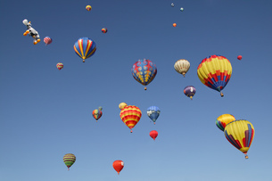 View of hot-air balloons against blue sky, Balloon Festival, Albuquerque, New Mexico, USAの写真素材 [FYI02126971]