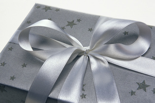 High angle view of a neatly wrapped presentの写真素材 [FYI02127011]