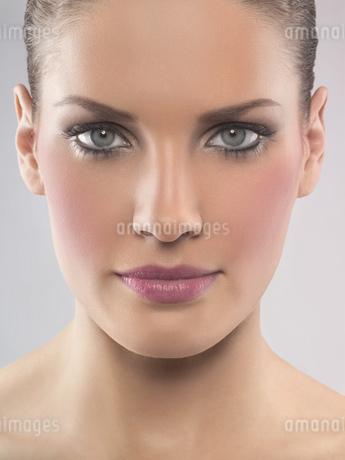Portrait of young woman wearing make-up, studio shotの写真素材 [FYI02127058]