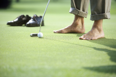 View of a man putting barefoot on the greenの写真素材 [FYI02127070]