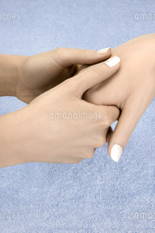 Close up of woman receiving hand massageの写真素材 [FYI02127085]