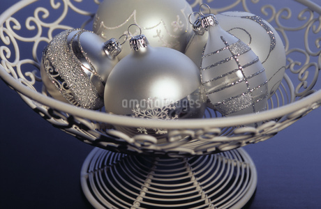 Detail view of Christmas decorations in a bowlの写真素材 [FYI02127095]