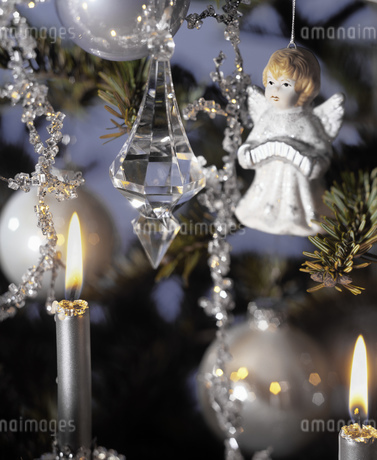 Detail view of a decorated Christmas treeの写真素材 [FYI02127104]