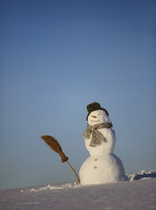 Detail view of a snowman against blue skyの写真素材 [FYI02127114]