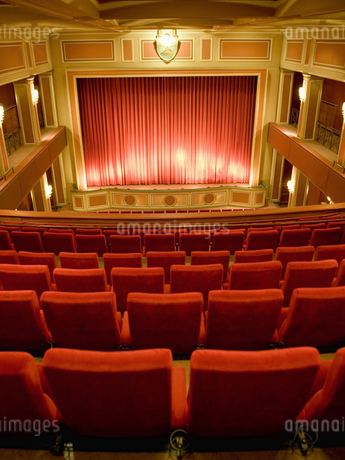 Balcony seating and stage in empty theaterの写真素材 [FYI02127132]