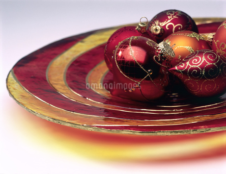 Still life of a gold Christmas decorationの写真素材 [FYI02127292]