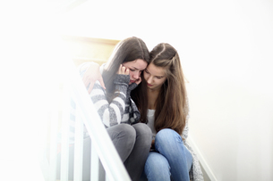 Teenage girl consoling friendの写真素材 [FYI02127313]