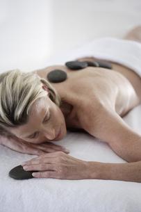 Senior woman getting spa stone treatmentの写真素材 [FYI02127338]