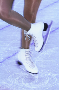 Blurred view of a woman skating with white ice skatesの写真素材 [FYI02127377]