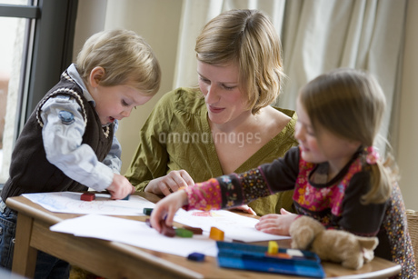 Mother and young children coloringの写真素材 [FYI02127382]