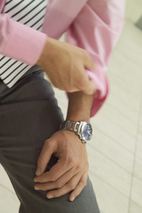 Close up of businessman rolling up his sleeveの写真素材 [FYI02127415]