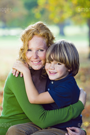 Mother and boy in autumn forestの写真素材 [FYI02127449]