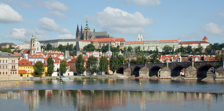 View of castle and bridge in Pragueの写真素材 [FYI02127469]