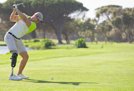Male Golfer With Artificial Leg Teeing Off On Golf Courseの写真素材 [FYI02127483]