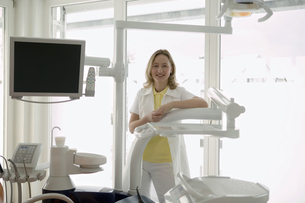 Female dentist and dentists chairの写真素材 [FYI02127512]