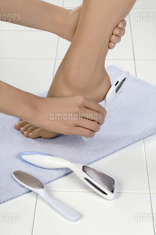 Close up of woman receiving pedicureの写真素材 [FYI02127563]