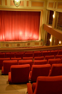 Balcony seating and stage in empty theaterの写真素材 [FYI02127564]