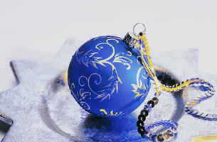 Detail view of a Christmas ornament lying on a platterの写真素材 [FYI02127597]
