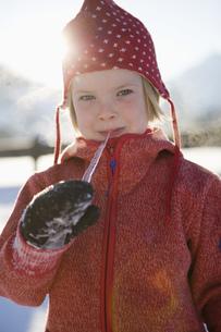 Girl with icicle, portraitの写真素材 [FYI02127611]
