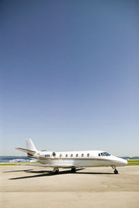 Airplane on tarmac under blue skyの写真素材 [FYI02127627]