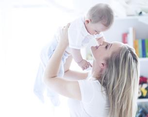 Teenage girl holding baby boyの写真素材 [FYI02127657]