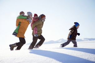 Family walking together through snowの写真素材 [FYI02127665]