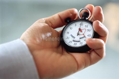 View of man holding stopwatchの写真素材 [FYI02127674]
