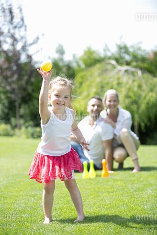 Portrait of young girl in garden, smilingの写真素材 [FYI02127686]