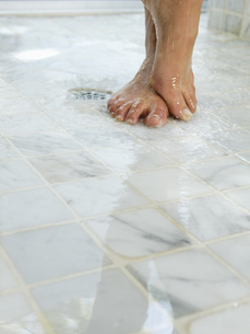 Close up of feet in showerの写真素材 [FYI02127744]