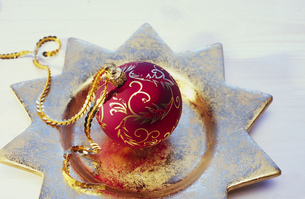 Detail view of a Christmas ornament lying on a platterの写真素材 [FYI02127755]