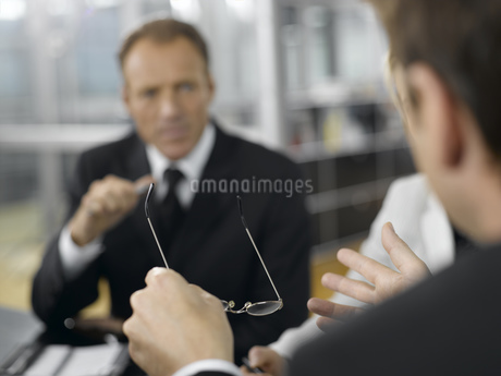 Businesspeople having meeting at conference tableの写真素材 [FYI02127757]