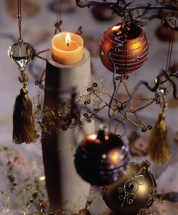 Still life of a burning Christmas candleの写真素材 [FYI02127823]