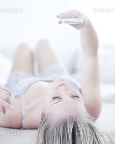 Teenage girl looking at cell phoneの写真素材 [FYI02127843]