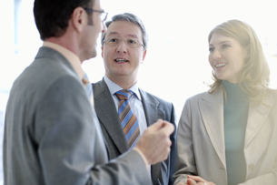 Businesspeople talkingの写真素材 [FYI02127854]
