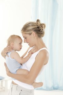 Mother talking to babyの写真素材 [FYI02127947]
