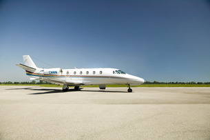 Airplane on tarmac under blue skyの写真素材 [FYI02127954]
