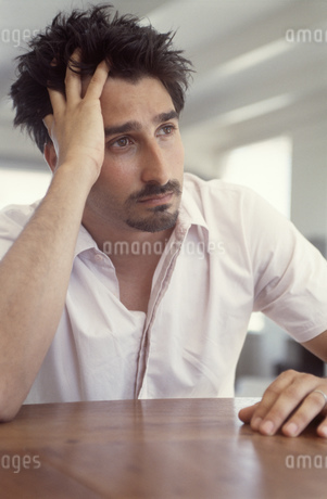 View of man resting head in his handの写真素材 [FYI02127962]